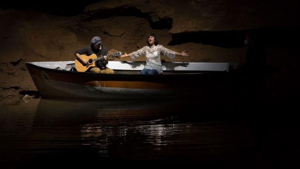 Del escenario a una cueva: El concierto subterráneo de Amaral para despedir la gira pandémica