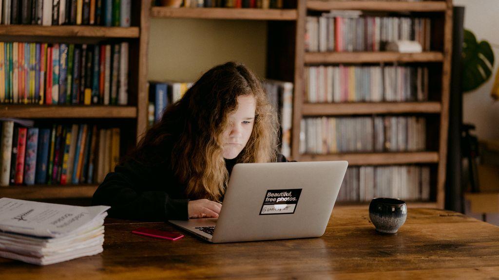 Niña recibiendo clases online
