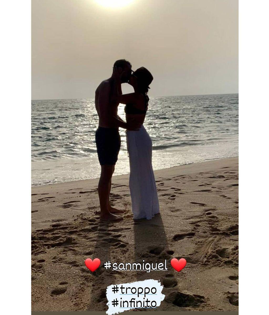 Chenoa besa a su prometido en la orilla de la playa