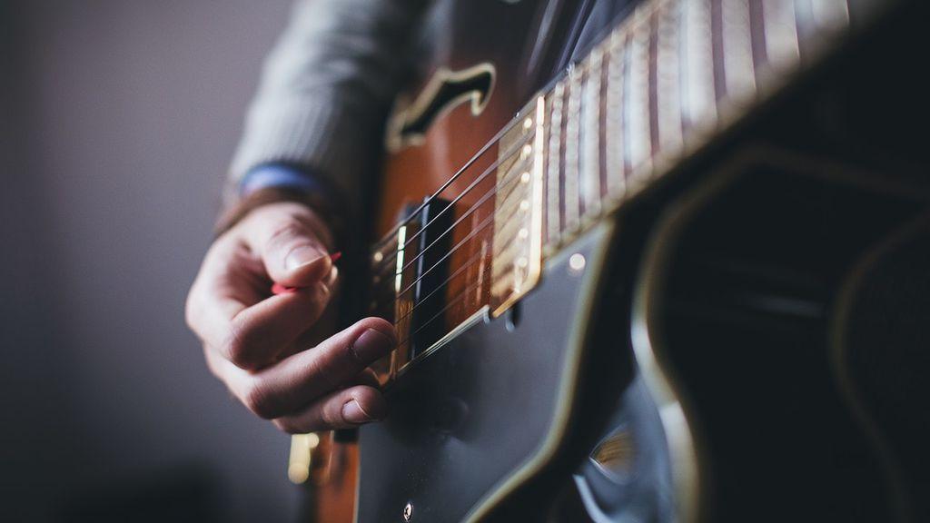 De cinco mástiles a un hacha: las guitarras más raras de la historia