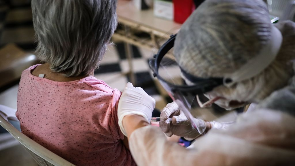 Llega la vacuna más potente contra la gripe, la última trinchera contra el coronavirus antes de la vacuna