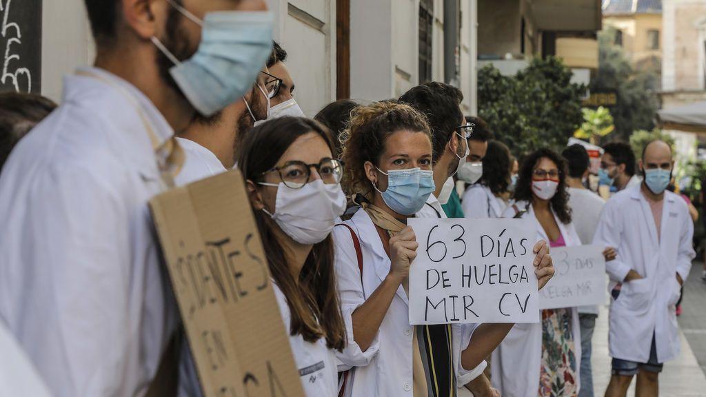 EuropaPress_3331170_trabajadores_hospital_torrevieja_alicante_medicos_internos_residentes_mir