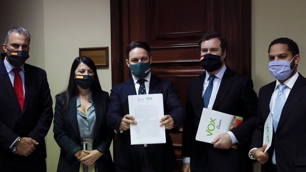 Abascal posa en la puerta del registro del Congreso con la moción de censura en la mano