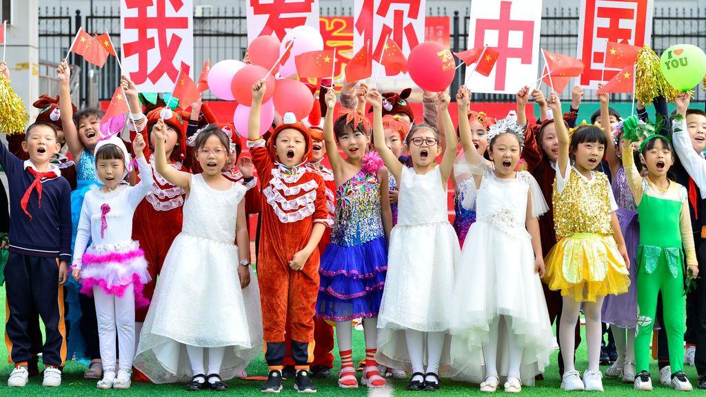 Niños se preparan la la celebración del día Nacional de China este 1 de octubre