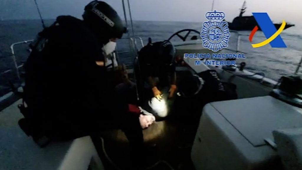 Los agentes registran uno de los veleros