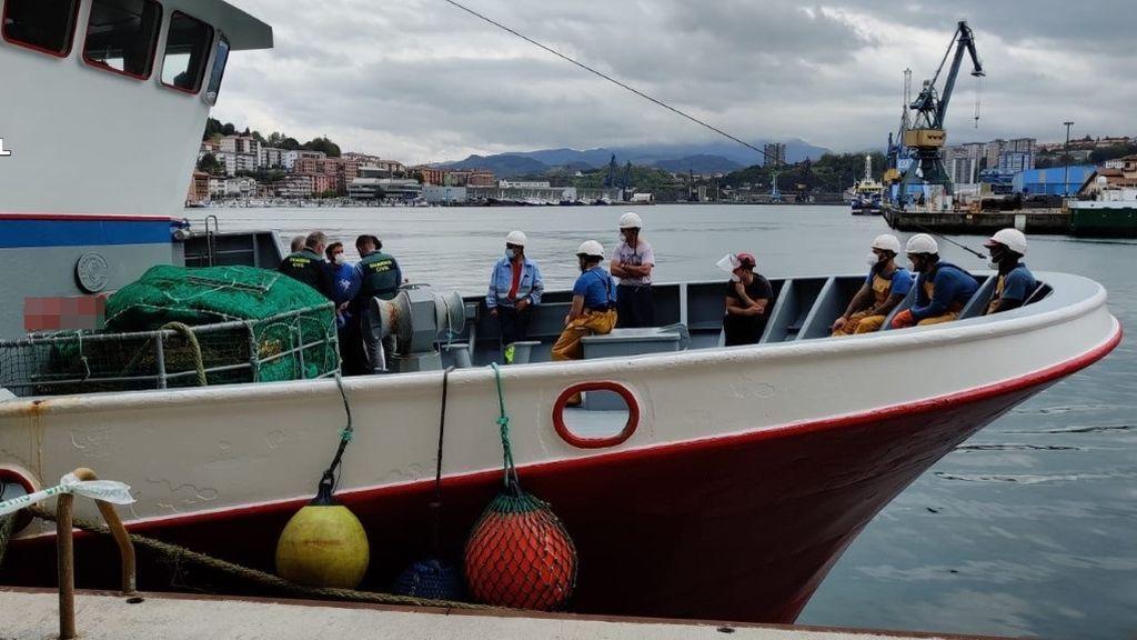 Investigan el hallazgo de restos humanos en la red de un barco que faenaba frente a la costa guipuzcoana