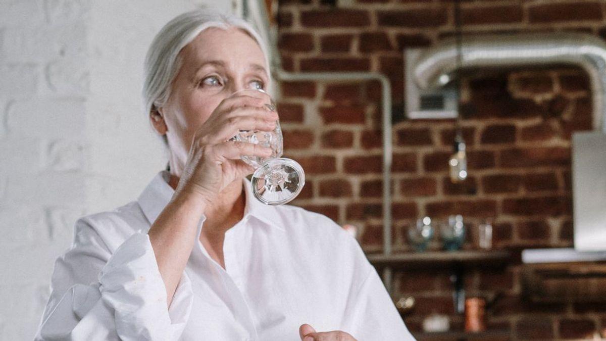 Beber agua templada en ayunas, la terapia japonesa para deshacerte de los kilos de más, eliminar toxinas y ganar energía