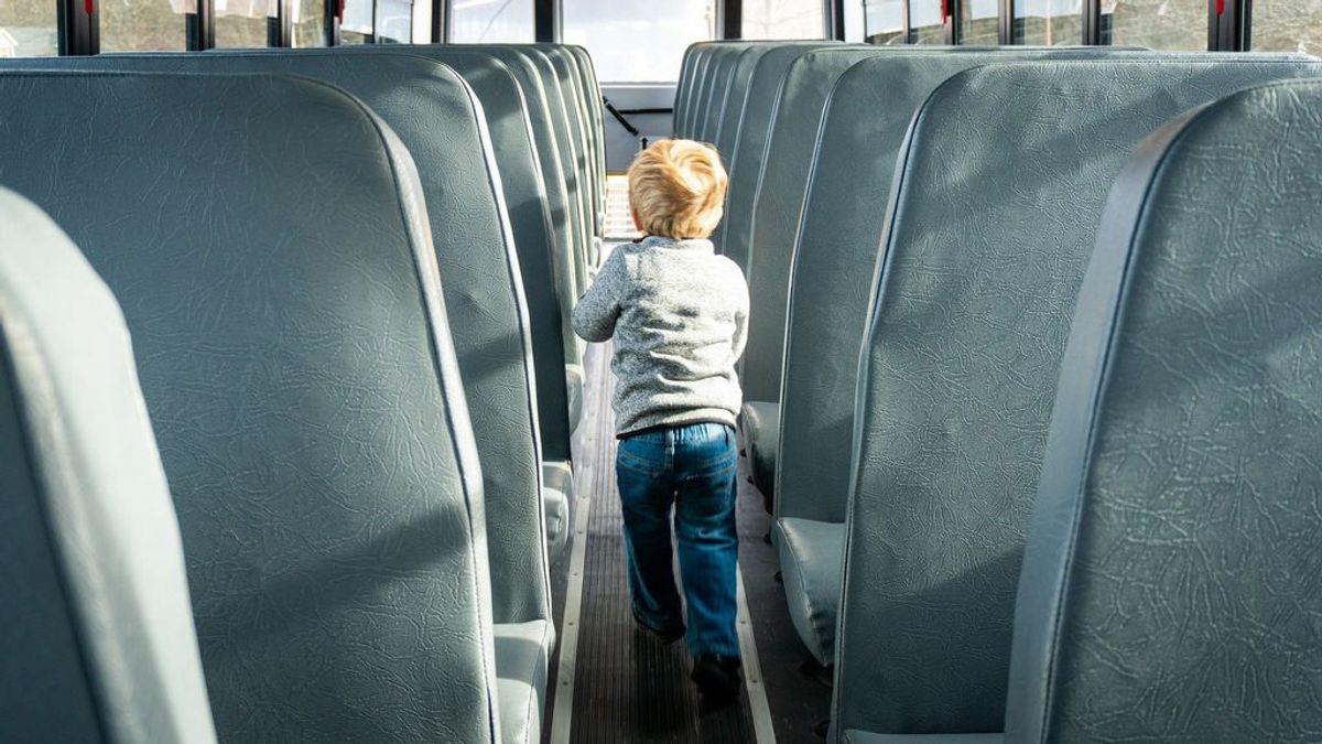 Olvidan a un niño en el interior del autobús escolar: pasó varias horas en el vehículo en una nave en A Coruña