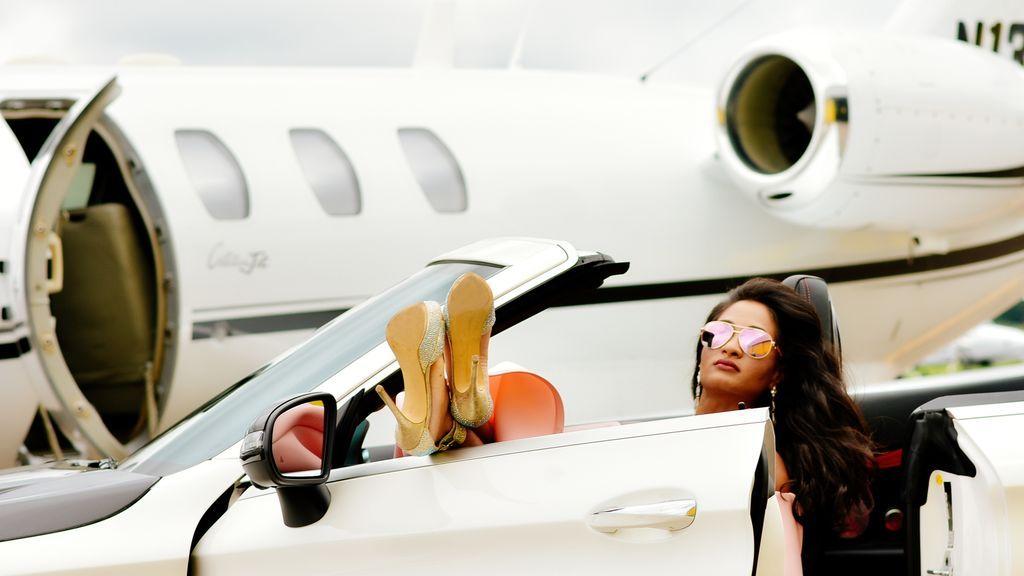 Alquilan un estudio decorado como un avión privado para el 'postureo' falso en redes sociales