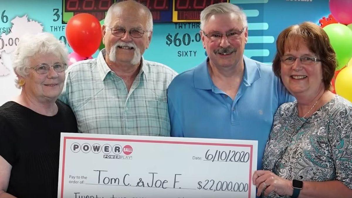 Dos amigos cumplen un juramento de hace tres décadas y se reparten un premio de 18 millones de la lotería
