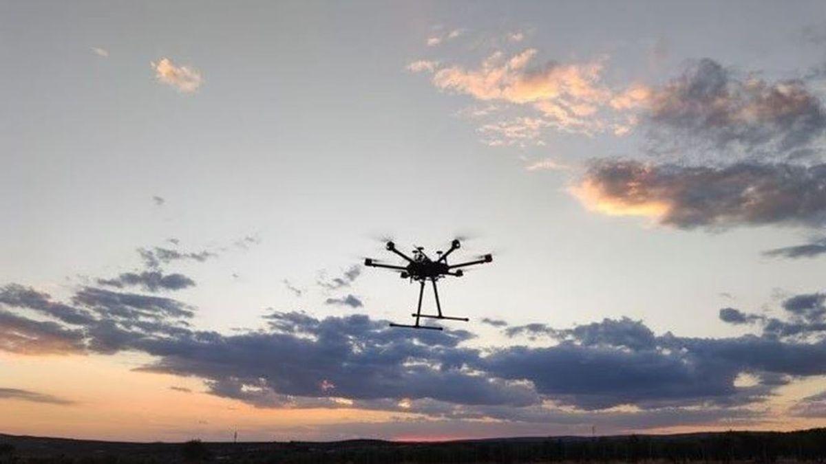 La Guardia Civil localiza un dron cargado con cuatro kilos de hachís tras caer en un monte de Ceuta