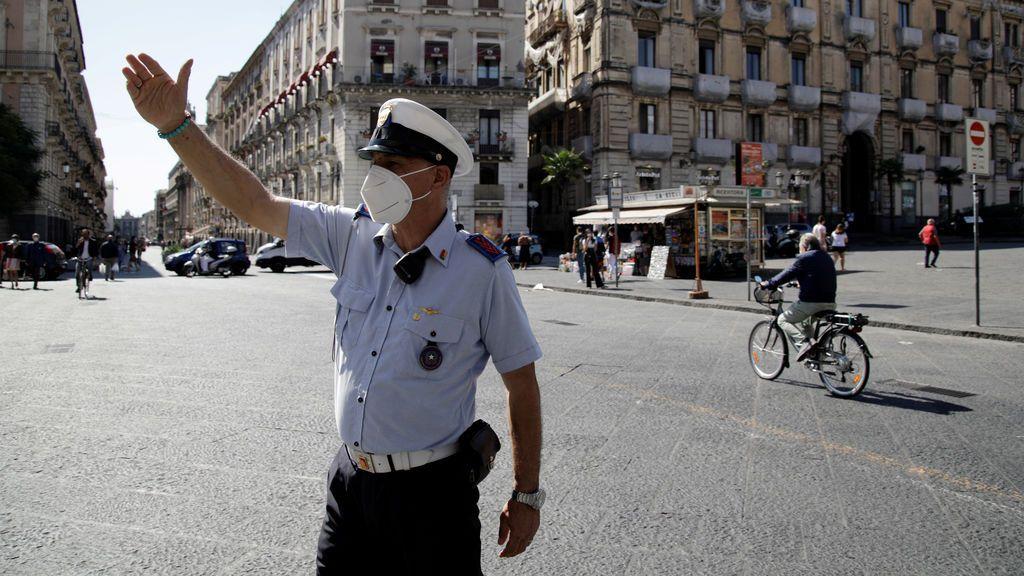 Un policía en Catania