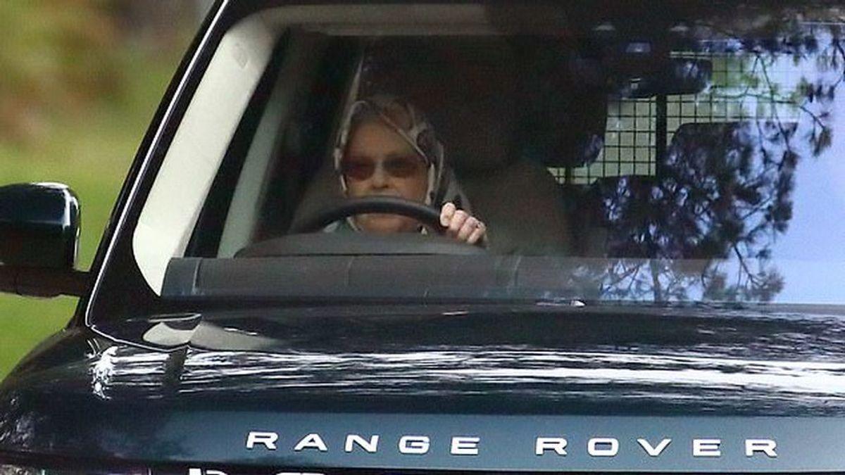 La reina Isabel II no necesita L: conduciendo con 94 años su Land Rover