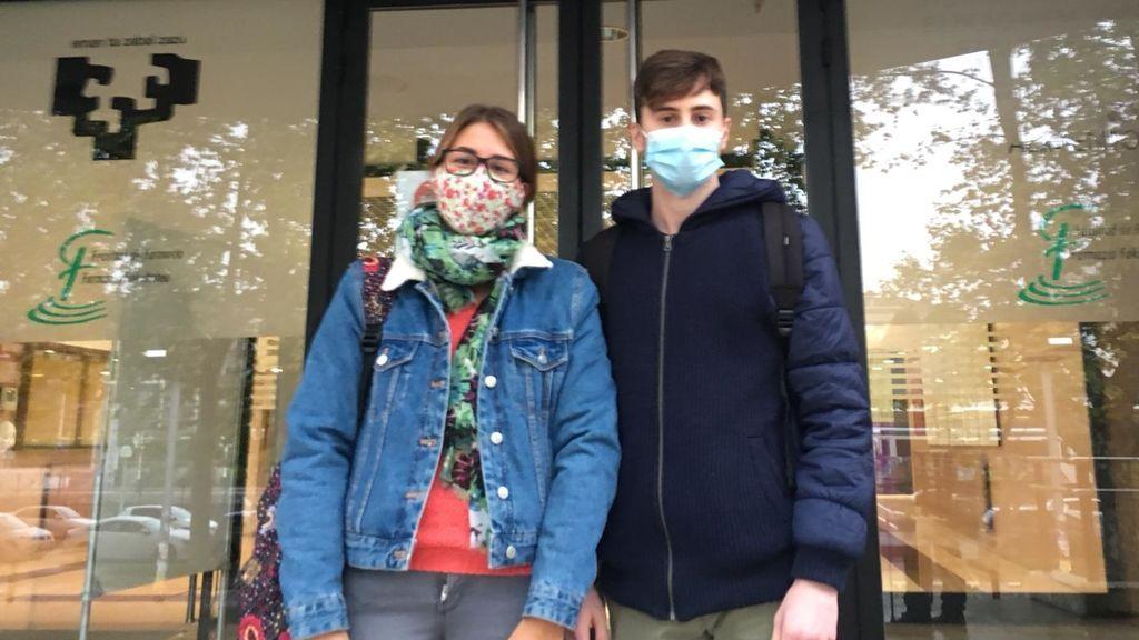 María y Jaime, alumnos del último curso de Farmacia.