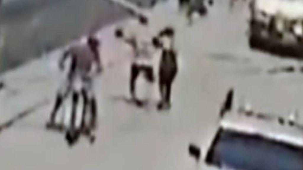 Una cámara de seguridad graba el angustioso momento