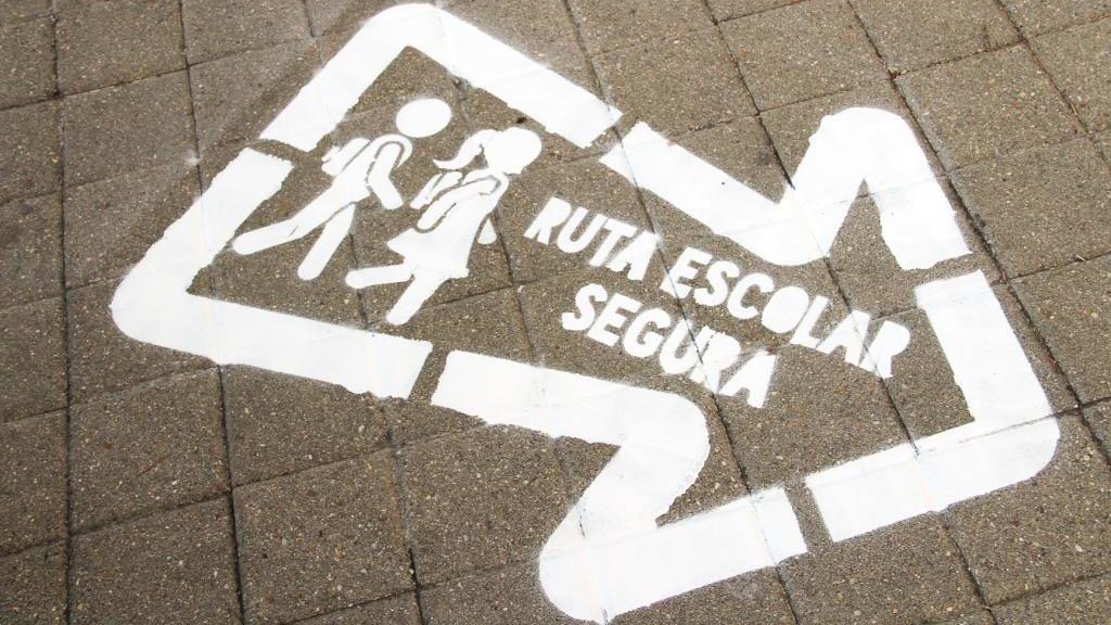 Arganda del Rey señaliza las aceras próximas a los colegios para crear rutas escolares seguras
