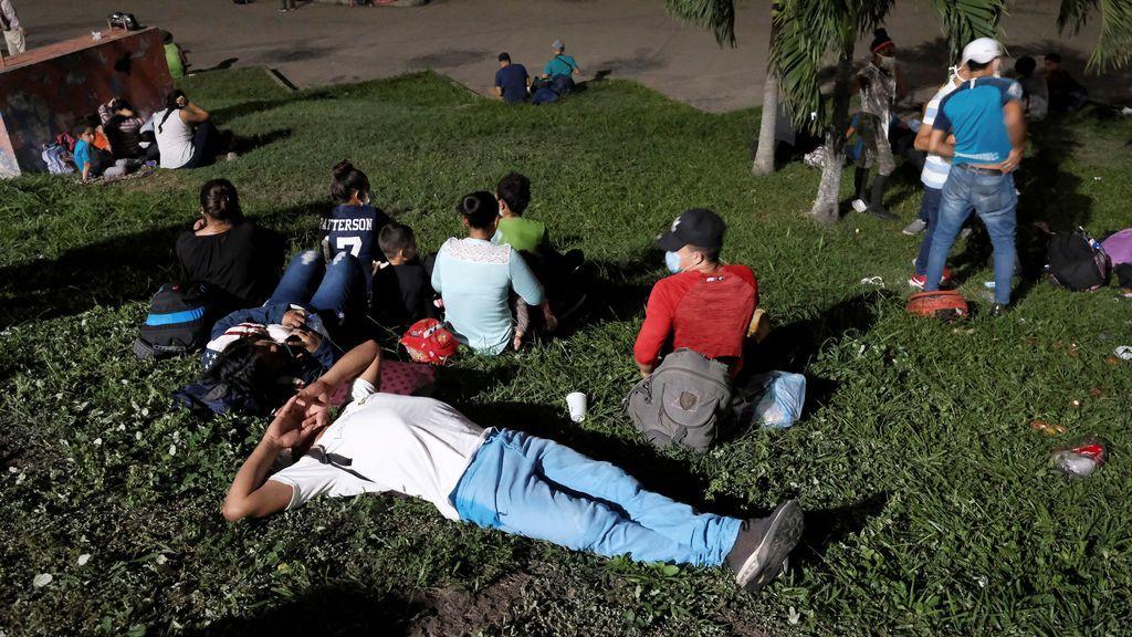 Una caravana de migrantes rompe el cerco policial y cruza la frontera de Honduras a Guatemala con destino a EEUU