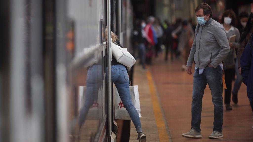 Indignación en las redes por las aglomeraciones en Atocha unas horas antes del confinamiento de Madrid