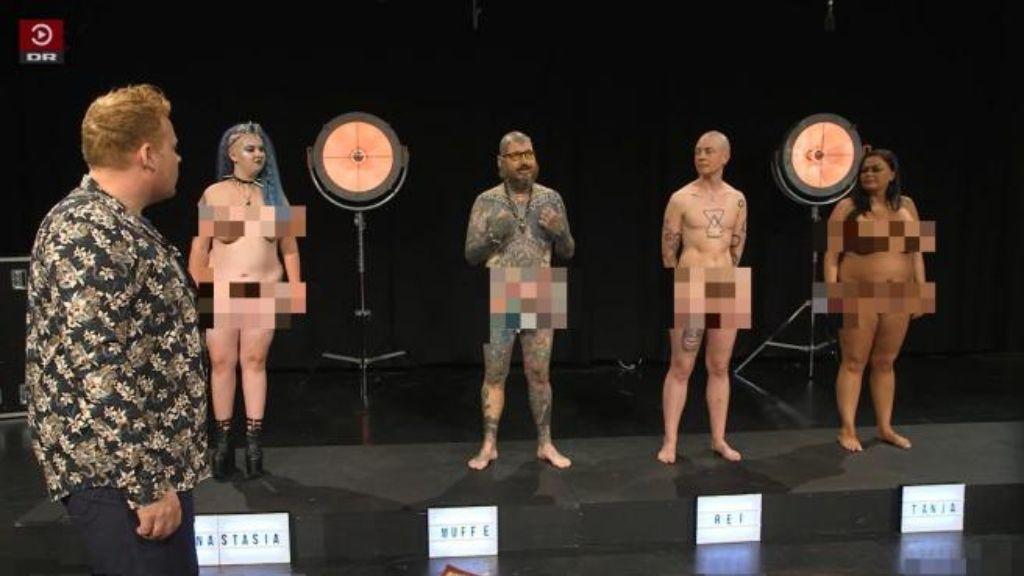 Los adultos que aparecen desnudos en el programa para resolver las dudas de niños y adolescentes