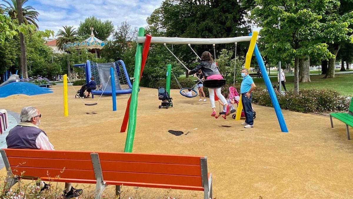 Dejar a los niños ir al parque no tiene riesgo de contagio por coronavirus, charlar en ellos en grupo, sí