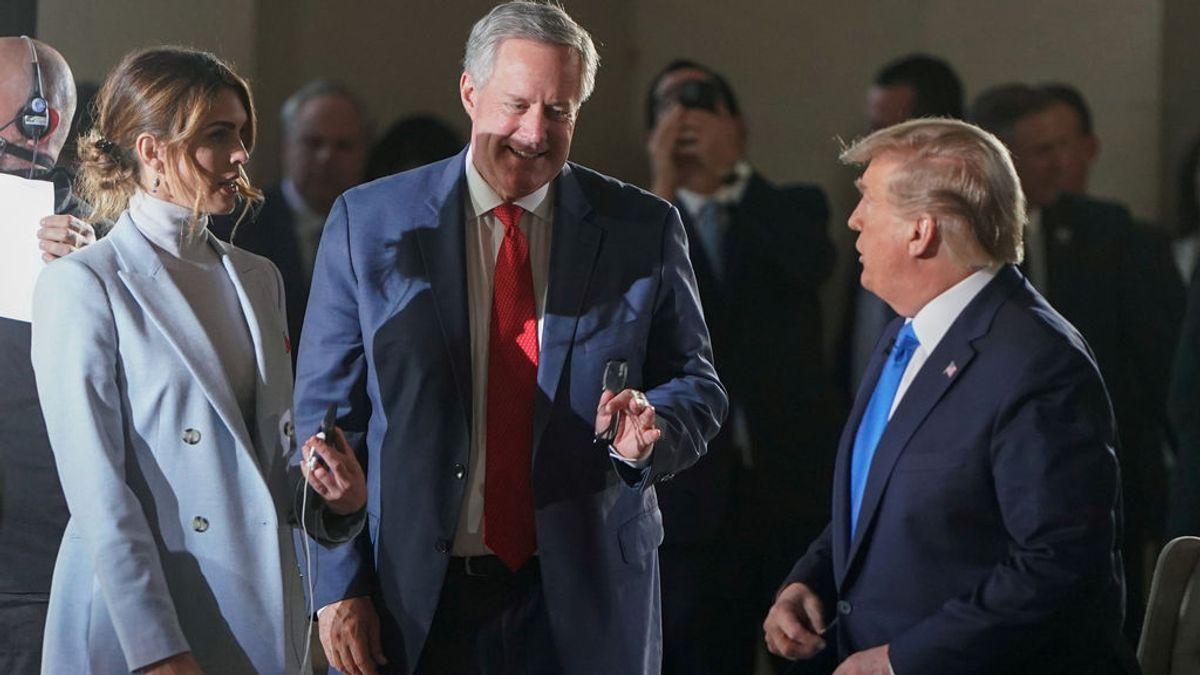 Hope Hicks y el jefe de gabinete de Trump, Mark Meadows, junto al presidente de EEUU