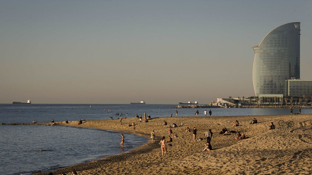 EuropaPress_3150432_20_may_2020_spain_barcelona_people_are_seen_at_the_barceloneta_beach_as_the (1)