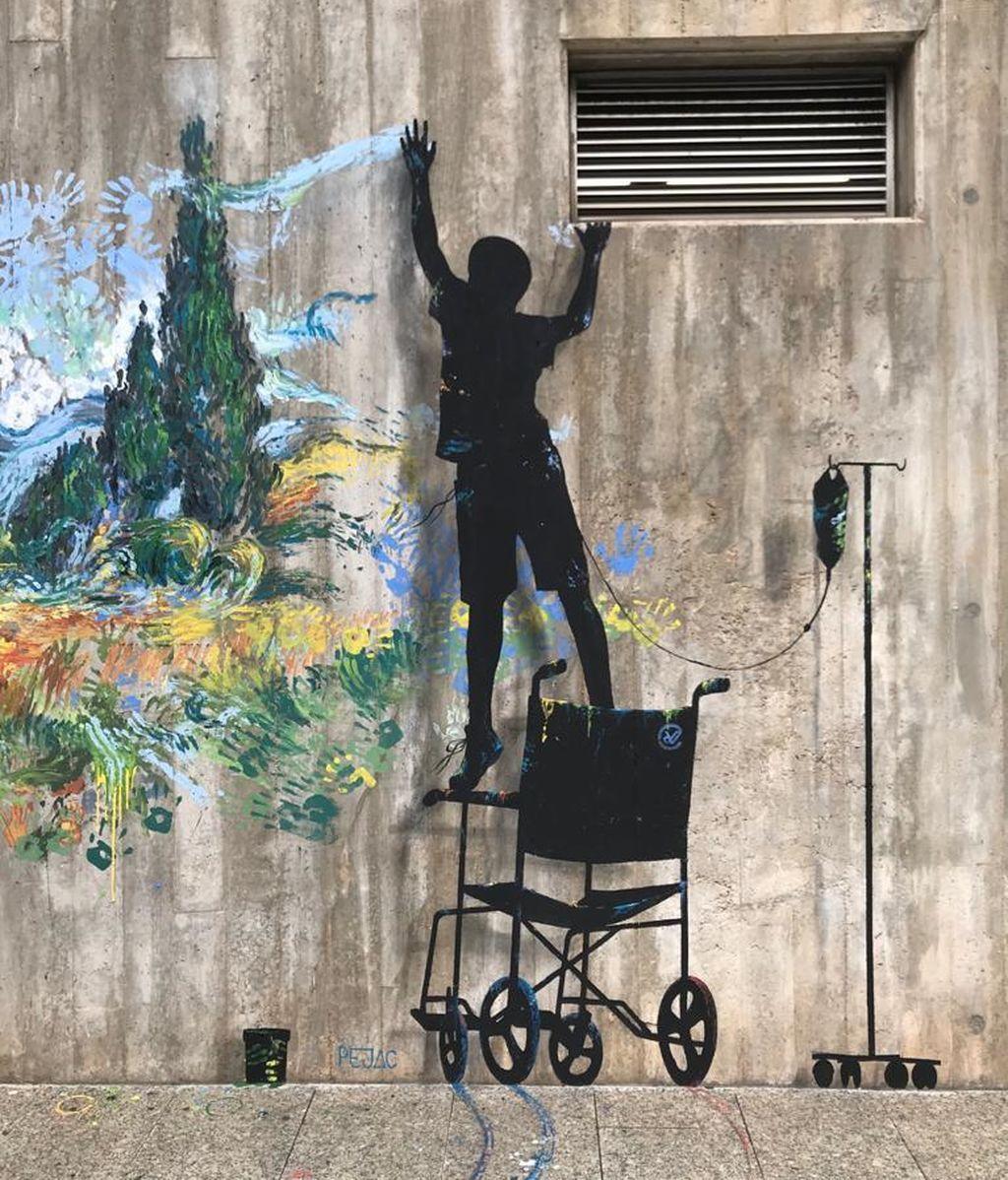 'Superación', mural del artista Pejac en el Hospital Marqués de Valdecilla en Santander