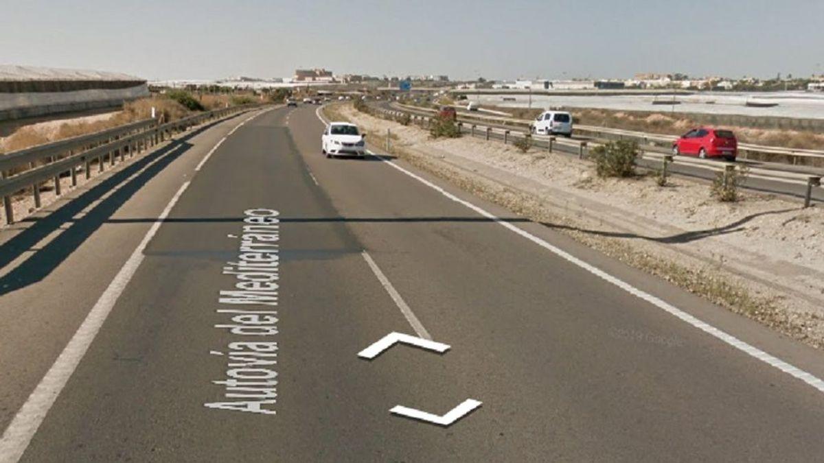 Un sofá abandonado en una autovía de Almería ocasiona un accidente: hay cuatro heridos