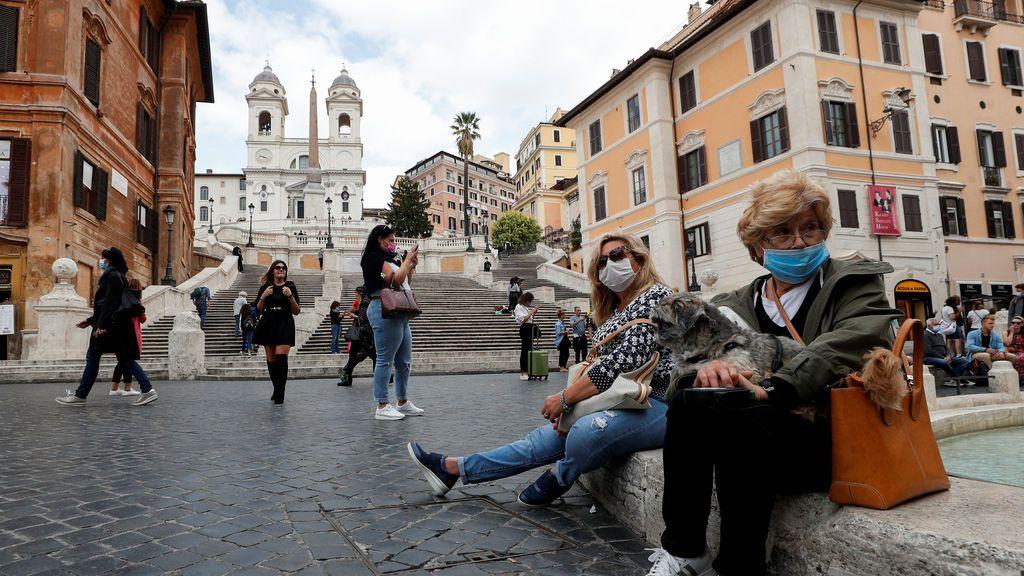 Turistas con mascarilla por Roma