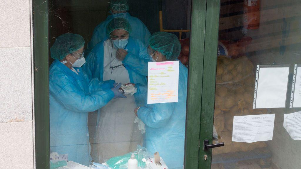 Tres mujeres en la puerta de la residencia de ancianos de O Incio, en Lugo