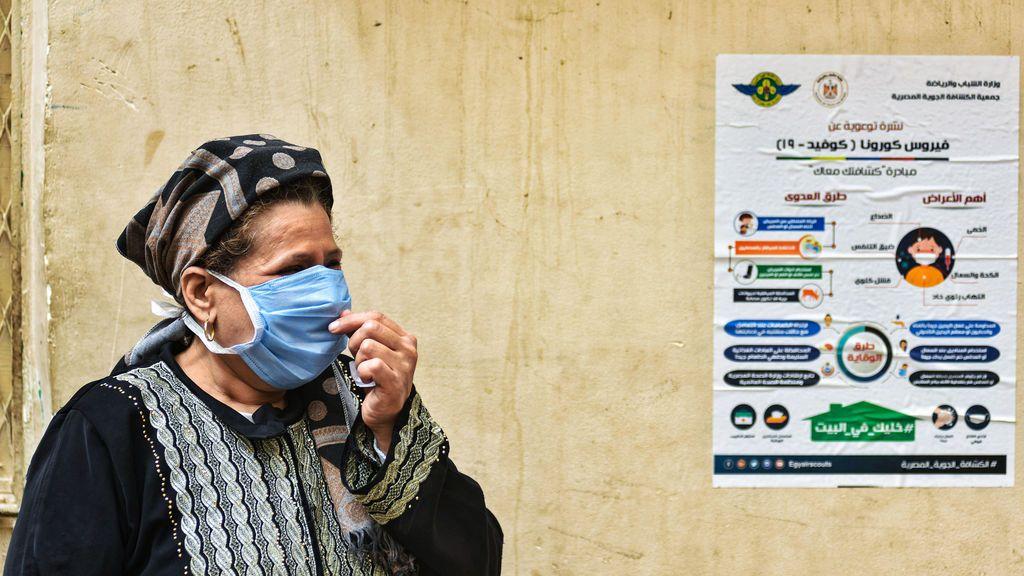 Mujer con mascarilla en Egipto