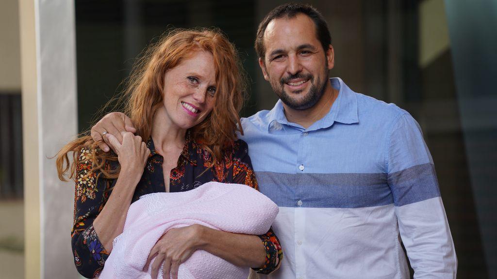 """María Castro presenta a su hija Olivia a la salida del hospital y da detalles del parto: """"Otra cesárea"""""""