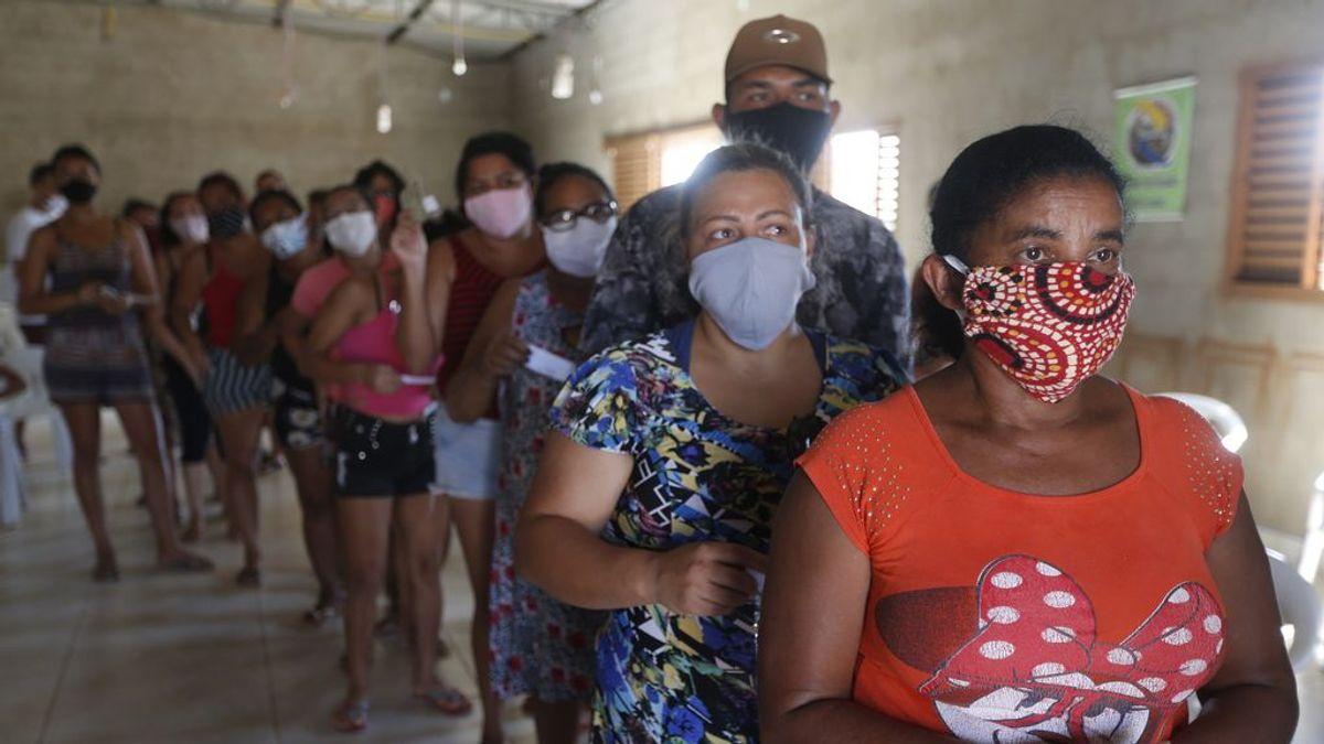 EuropaPress_3288567_grupo_personas_residentes_suburbios_brasil_esperan_recibir_alimentos