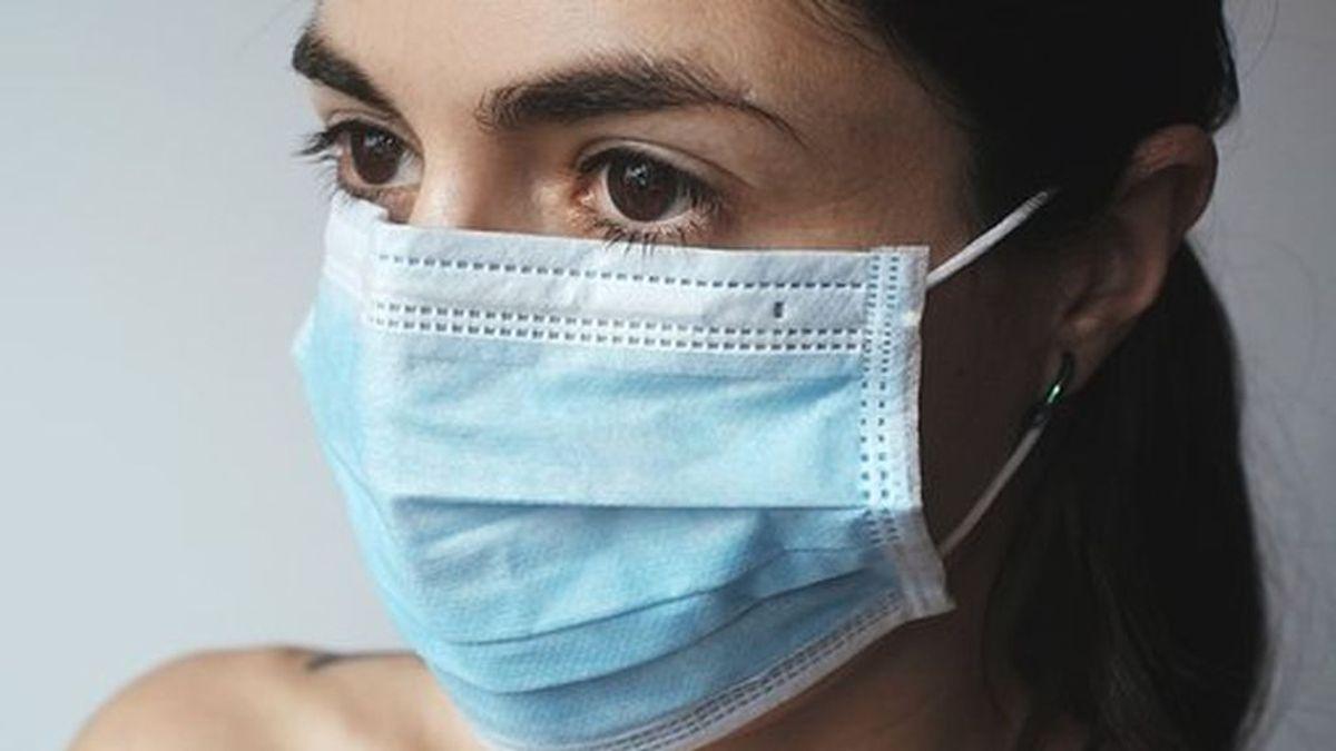 Aparecen pegatinas que rechazan el uso obligatorio de la mascarilla en La Coruña