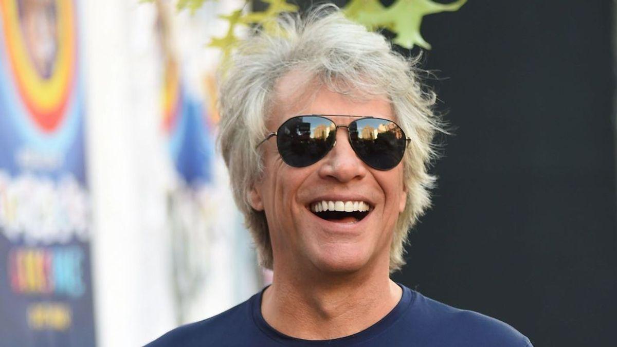 """Jon Bon Jovi cuenta cómo se está recuperando de una hernia: """"no puedo cantar ni ducharme"""""""