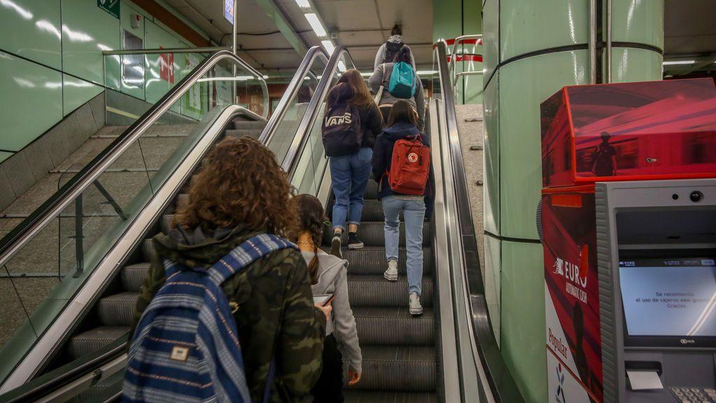 Estudiantes viajando en el metro de Madrid