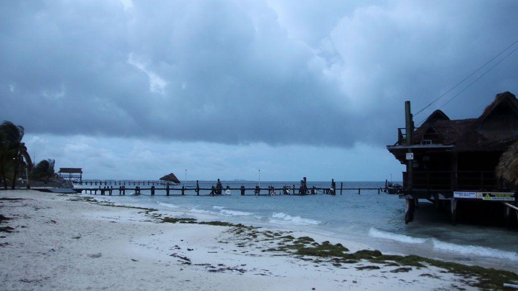 El peligroso huracán Delta con vientos de 200 kilómetros por hora amenaza México