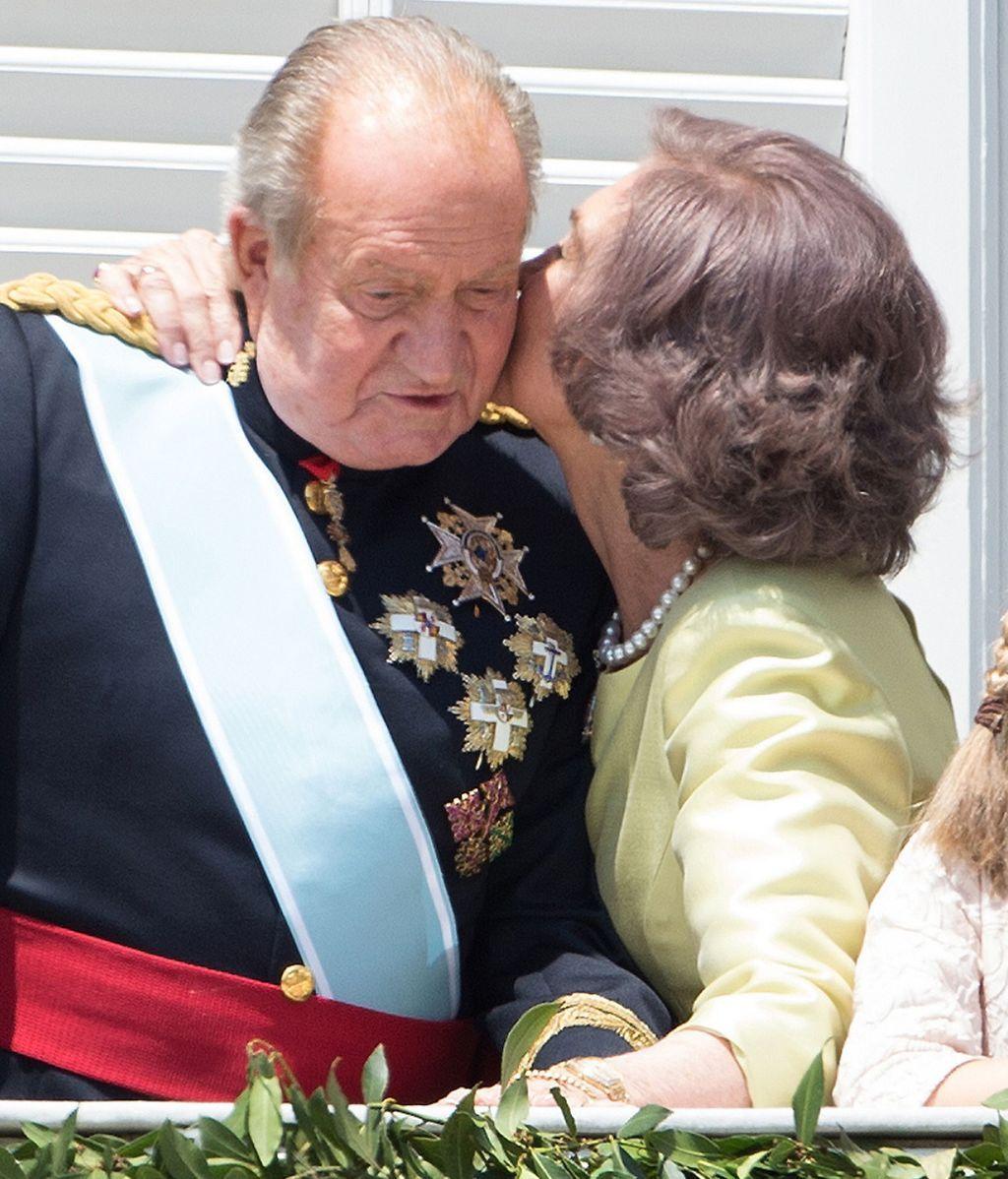 El beso de Sofía a Juan Carlos durante la coronación del rey Felipe VI
