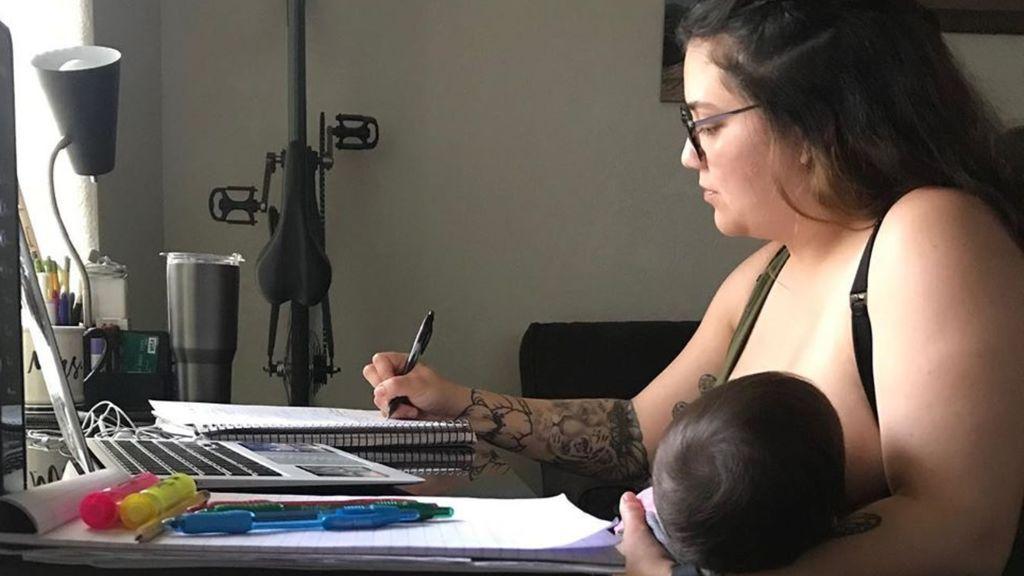 """Un profesor prohíbe a una alumna dar el pecho a su bebé durante una clase virtual: """"Me he sentido humillada"""""""