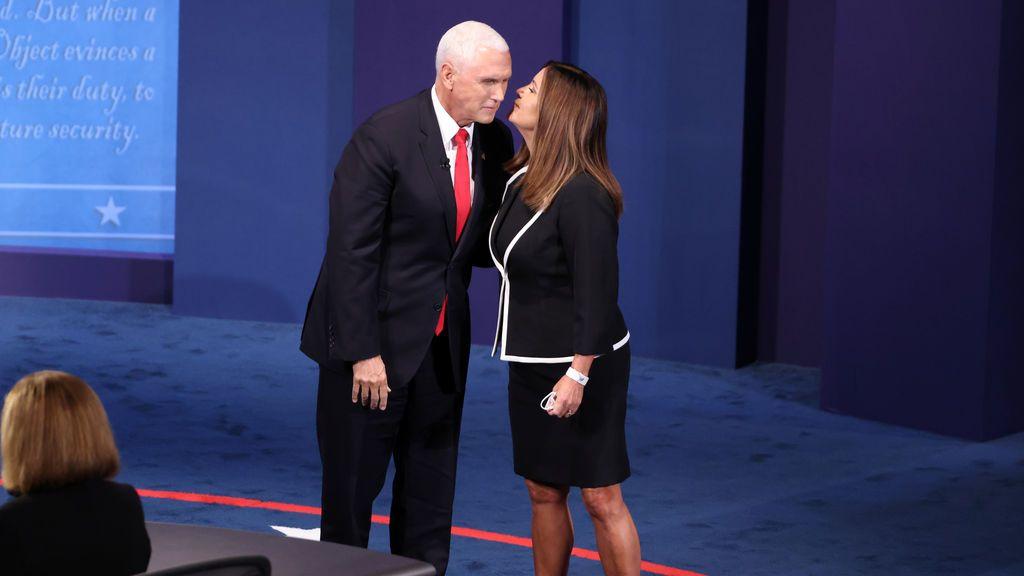 Harris y Pence: se besaron pese a las mamparas y los 4 metros de distancia