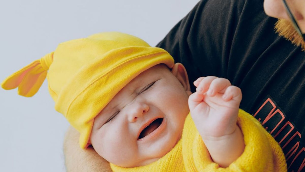 Un bebé de 11 meses alucina cuando ve a su padre sin barba por primera vez jugando al 'cucú-tras'