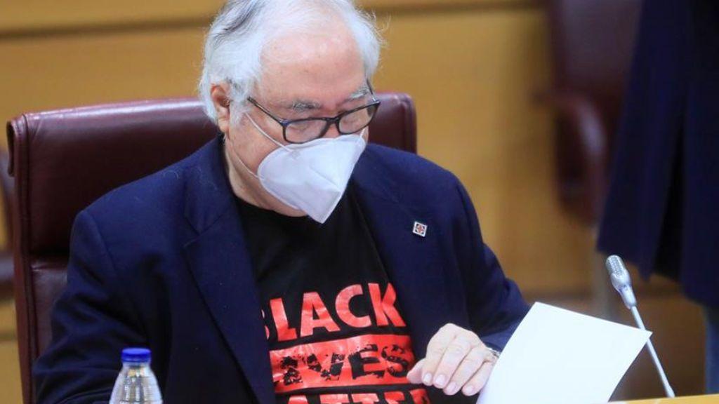 "Manuel Castells, ministro de Universidades, acude al Senado con la camiseta reivindicativa ""Black Lives Matter"""