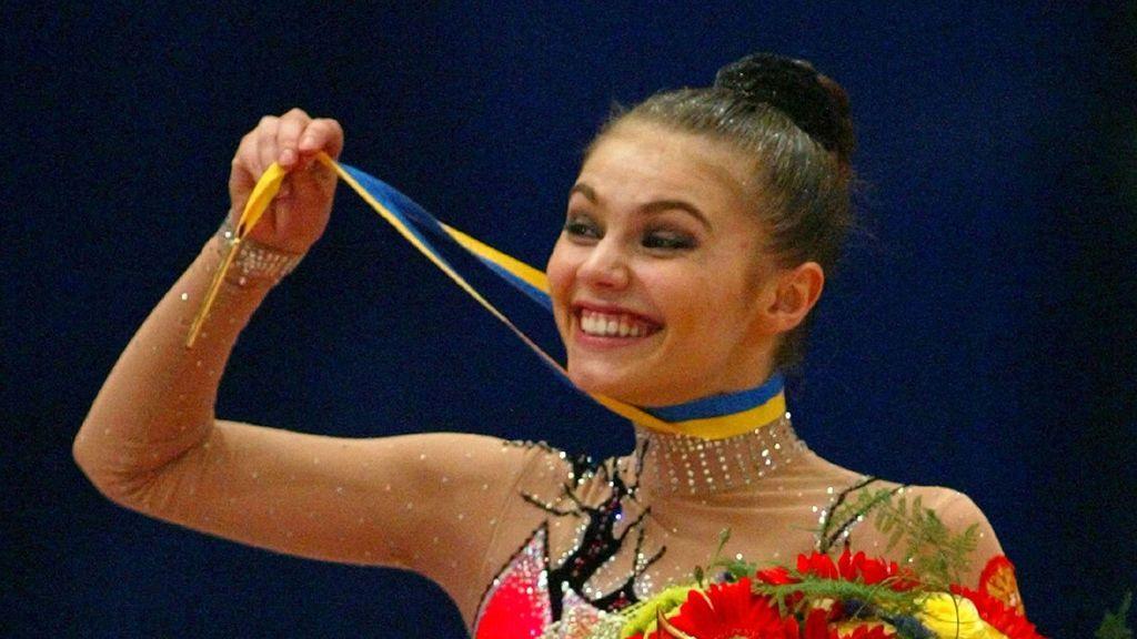 Alina Kabaeva, con su medalla de oro en una competición de gimnasia rítmica en 2004