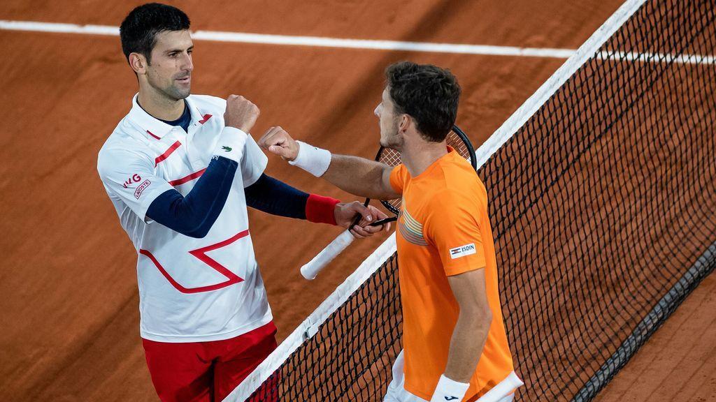 Djokovic y Carreño se saludan tras el encuentro de cuartos en Roland Garros.