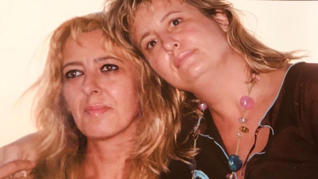 Lidia, a la izquierda de la foto, con su hermana Fátima.