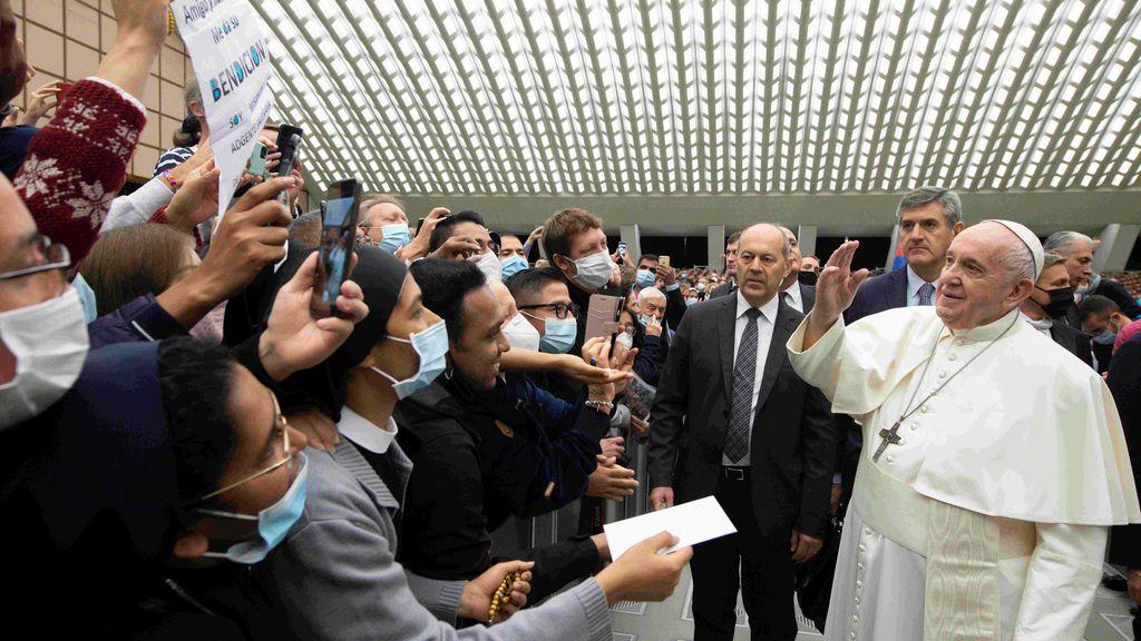 El papa Francisco y sus colaboradores no llevan la mascarilla obligatoria