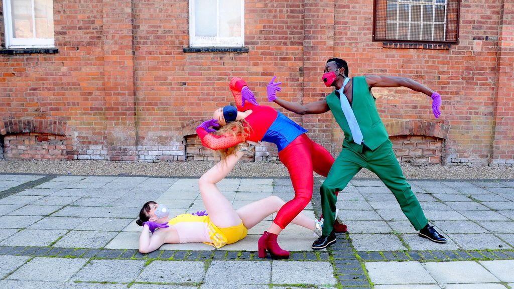 Avatâra Ayuso, bailando con desconocidos
