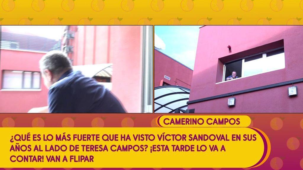 Víctor Sandoval escenifica y recrea el día en que Teresa Campos tiró sus zapatos desde la ventana de su camerino