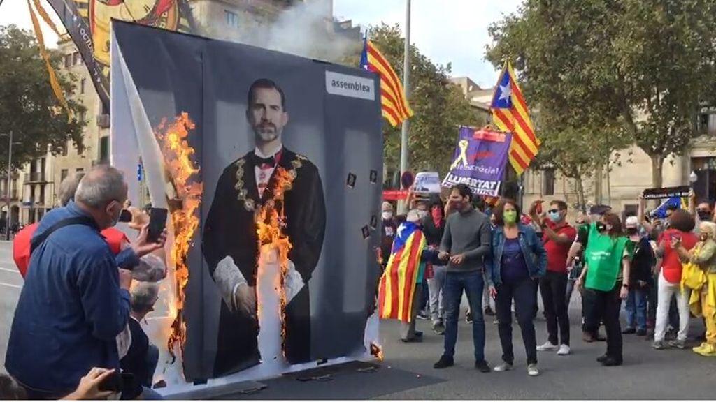 El independentismo protesta contra la visita de Felipe VI en una Barcelona blindada por la policía