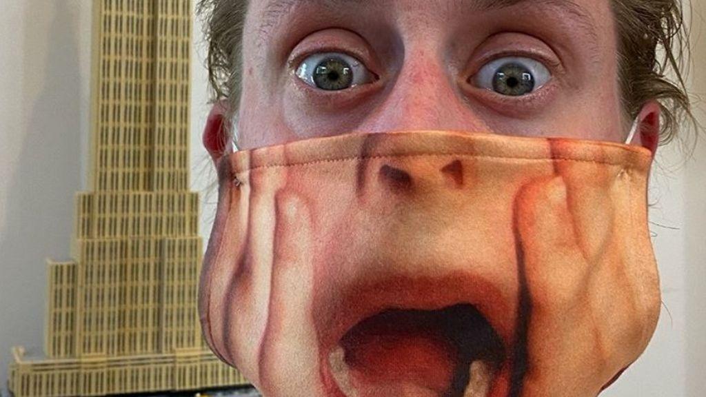 Macaulay Culkin con la divertida mascarilla a lo 'Solo en casa'